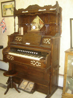 Foto: SriMesh. Parlor organ manufactured by Ferrand & Votey Organ Company, Detroit